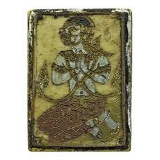 แม่พันธุรัตน์ ร่ายมนต์ (หนังกลองเพลแตก) หลังเหรียญเนื้อทองฝาบาตร