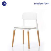 Modernform เก้าอี้เอนกประสงค์ เก้าอี้สัมมนา รุ่น PW018 สีขาว เก้าอี้พลาสติก ขาไม้จริง