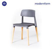 Modernform เก้าอี้เอนกประสงค์ เก้าอี้สัมมนา  รุ่น PW018  สีเทา เก้าอี้พลาสติก ขาไม้จริง