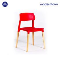 Modernform เก้าอี้เอนกประสงค์ เก้าอี้สัมมนา  รุ่น PW018  สีเเดง เก้าอี้พลาสติก ขาไม้จริง