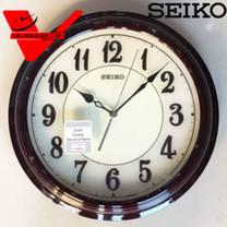 SEIKO นาฬิกาแขวนผนัง ตัวเรือนเป็นไม้ ALDER WOOD หน้าปัดสามมิติ สีน้ำตาลเข้ม เลขอารบิค ขนาด 33 ซม.ทรงกลม เครื่องเดินเงียบ รุ่น QXA667B